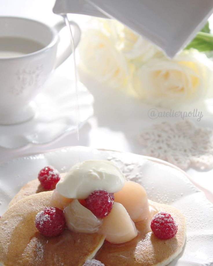. ✏️soufflet pancake with peach & raspberry 🥞 . For a breakfast of weekend💕 Pancake is my daughter's favorite . So moist with a peach sirop🍑 . . . 週末の朝食💕 何食べたい? と聞くといつもパンケーキと答える娘。 まだ、定番レシピが決まってないので、 あちらこちらお試し中。 少し前にNastumiさん ( @natsumi_sweets )のところで見た、卵白で作るスフレパンケーキ🥞 ちょっと問題が。 フランスのマヨネーズはたいていマスタード入り。 これでどうなのか? ということで、 マヨネーズの材料卵黄&オイルで代用! (レシピにそってない?!) でも、ふわふわにできました! ラズベリーが乗ってるとよく食べる娘に、 桃とラズベリー&クリーム。 やってみたかった #たらりんぴっく でも、桃シロップなので、濃度が足りなくて、 ちょっと違う感じかも。 . . .