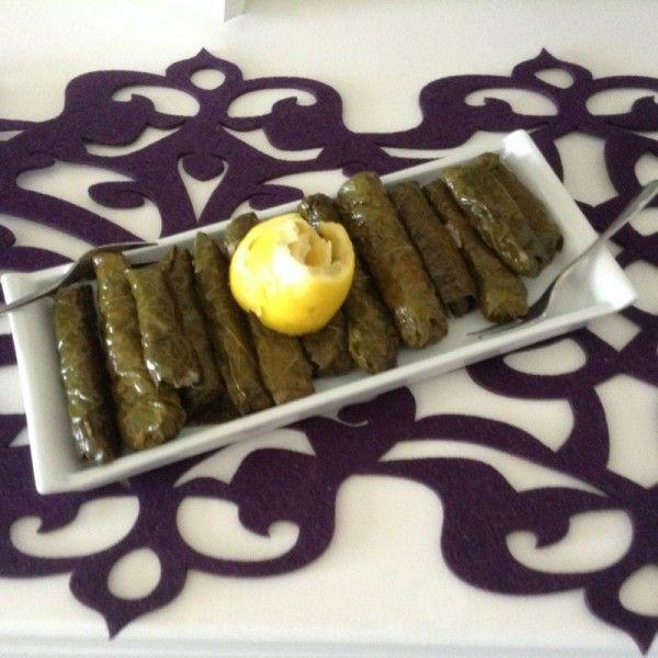 Üç Nesil isimli Mutfağımızdan Zeytinyağlı Yaprak Sarma;   Şamfıstıklı, kuşüzümlü, sızma zeytinyağı ile pişirilir. Deneyince vazgeçemiyeceksiniz.