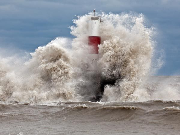 .....the incredible strength and breadth of Hurricane Sandy.  These are the waves of Lake Michigan striking a lighthouse in Kenosha, Wisconsin......over 700 miles west of the center of the storm!  Incredible.