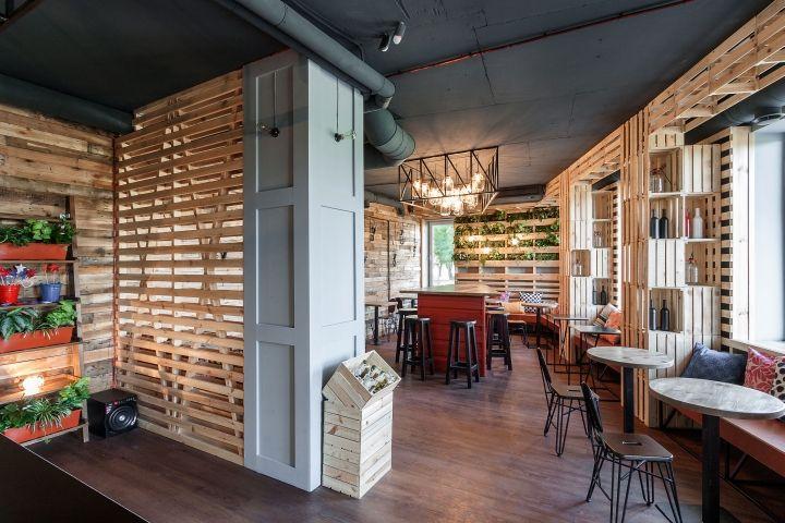 Смелый примитивистский дизайн интерьера кофе-бара