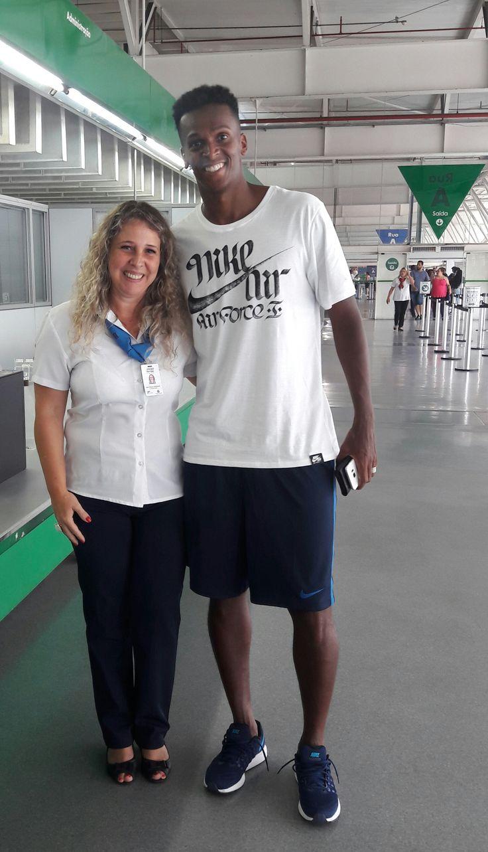 João Alves de Assis Silva, mais conhecido como Jô, atacante do #Corinthians, foi neste sábado ao #Poupatempo Itaquera para tirar uma nova Carteira de Trabalho. O atendimento não foi concluído, pois ele esqueceu de levar o RG. Bem humorado, atendeu fãs e até posou para fotos.