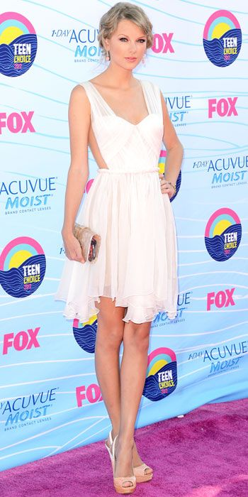 #TaylorSwift in a backless dress and nude accessories