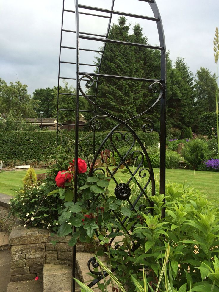 Side view gothic rose arch.