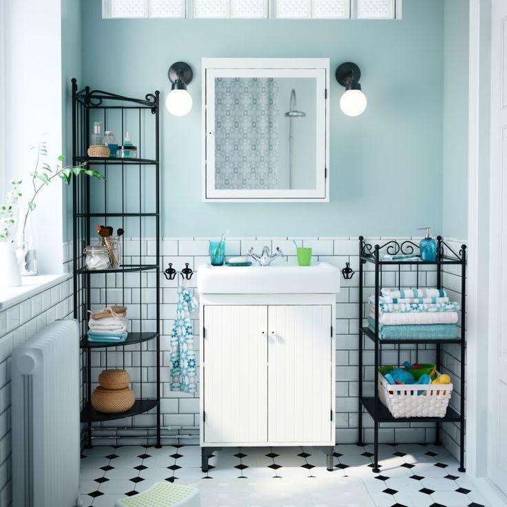 Bagno con mobile per lavabo e mobile a specchio SILVERÅN di colore bianco, scaffali RÖNNSKÄR neri e lampada da parete VITEMÖLLA nera.