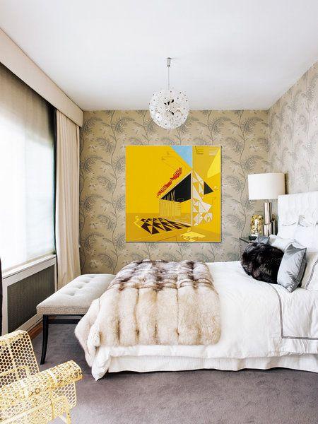 Dormitorio con cuadro amarillo