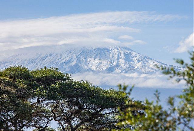 El Parque Nacional de #Amboseli se ubica en el gran valle del Rift de #Kenia. Un hermoso paisaje de sabanas y pantanos que se extiende a través de la frontera entre Kenia y #Tanzania, donde vive el pueblo de los masái. Conocido como el mejor lugar en África para poder contemplar a los grandes elefantes. Un lugar dominado por la imponente belleza del monte #Kilimanjaro, el punto más elevado del continente africano. Un coloso que despunta sobre las planicies de la sabana.