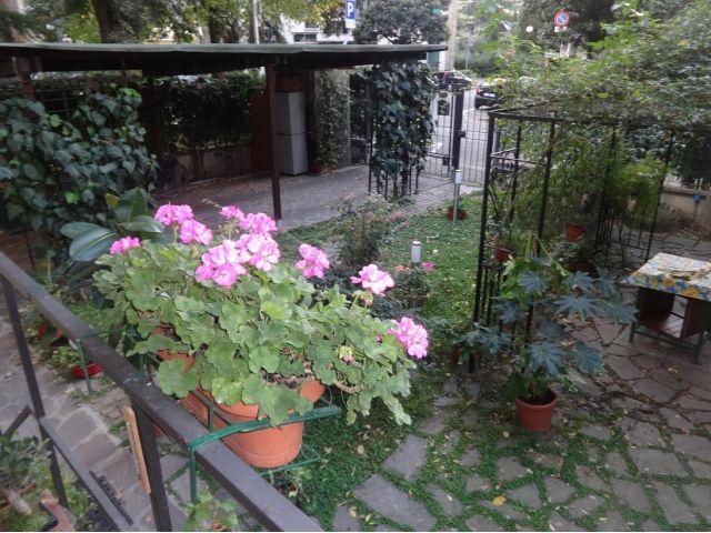 Vendesi Isolotto vecchio bilocale con giardino e posto auto