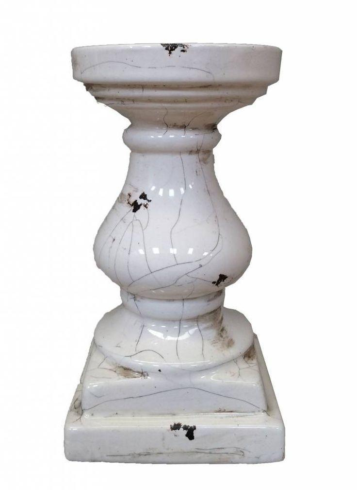Grote witte kandelaar van aardewerk.