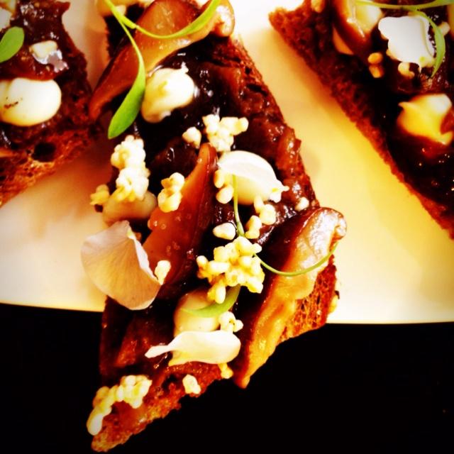 Aubergine, gepofte knoflook, ingemaakte sjalot met sherryazijn, koriander cress en viool