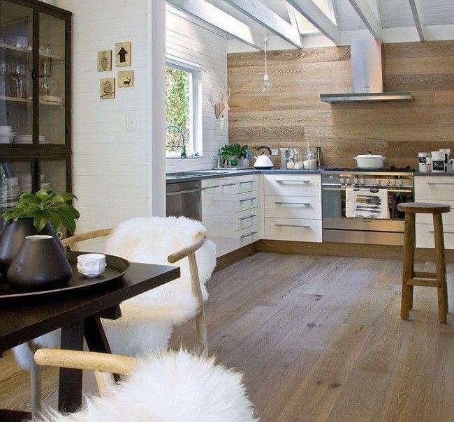 Белые пластиковые панели и деревянные прекрасно гармонируют на светлой кухне