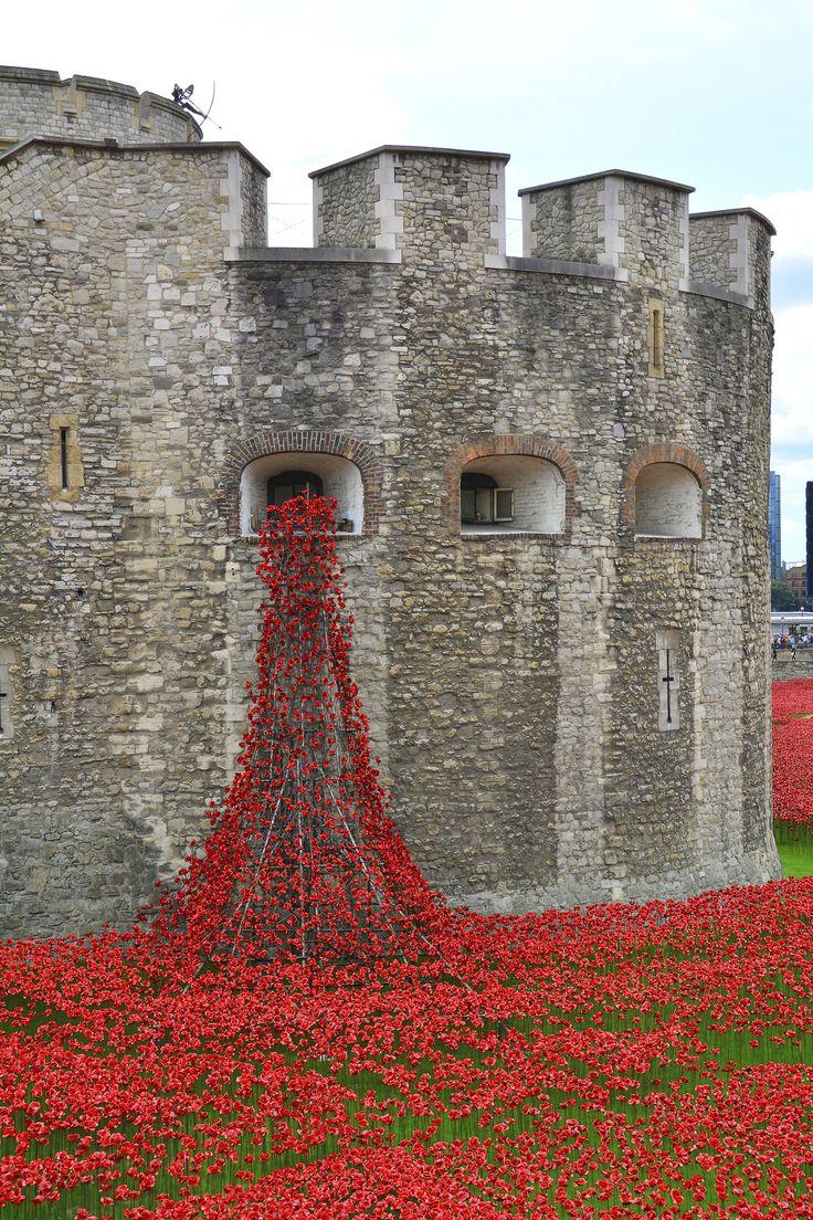 La Torre de Londres se despide del campo de amapolas cerámicas. Conoce más sobre impresionantes fortalezas en el blog de www.solerplanet.com