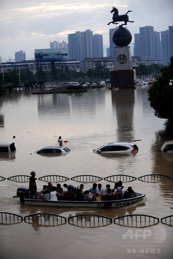 豪雨による洪水に見舞われた中国東部・浙江(Zhejiang)省麗水(Lishui)で、冠水した道路をボートで移動する人たち(下、2014年8月20日撮影)。(c)AFP ▼23Aug2014AFP|中国・浙江省で豪雨、2万人以上が避難 http://www.afpbb.com/articles/-/3023898 #Flood