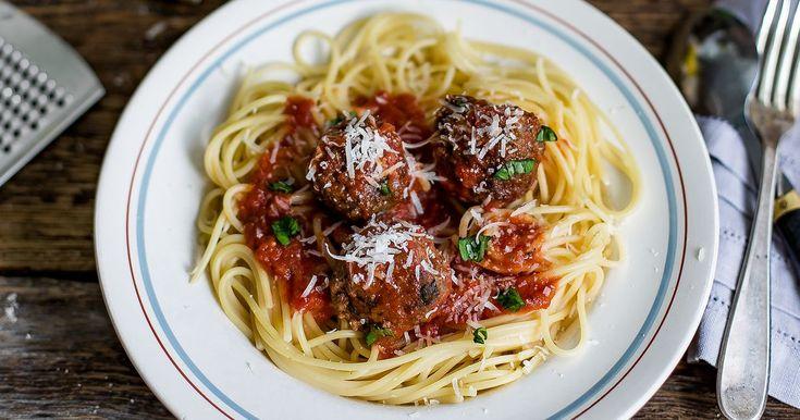 Disse kjøttbollene passer like godt på pizza og tapasbordet, som i tomatsaus til spaghetti. Krydret med sitronskall, parmesan og frisk basilikum blir disse lett en favoritt. Italienske kjøttboller av kjøttdeig eller karbonadedeig passer ypperlig når det er mange rundt middagsbordet.