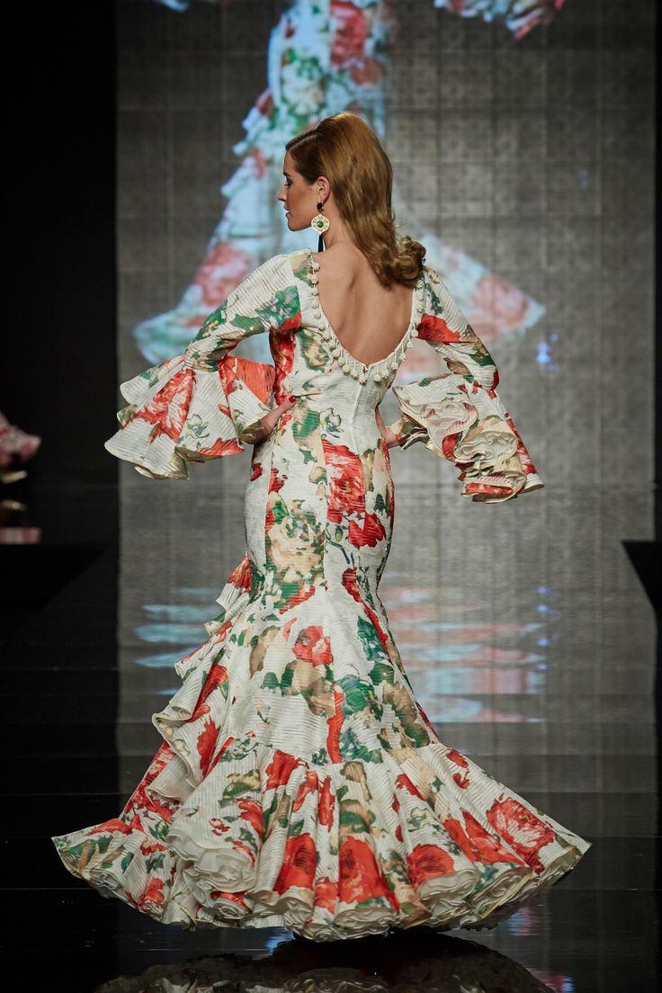Traje de organza italiana blanco estampado con flores grandes en rojo y verde. PVP: 1.800 €. Más información: http://www.lina1960.com/portfolio-item/traje-flamenca-blanco-estampado/