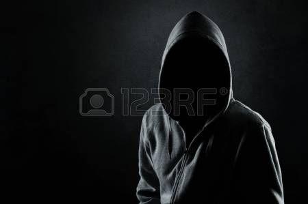 encapuchados: Silueta del hombre con capucha o hooligan
