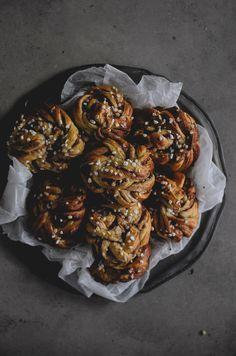 Há algum tempo que andava para experimentar esta especialidade sueca, os famosos Swedish Buns . Primeiro porque sou fã dos cinnamon ...