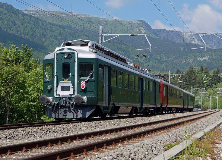 """100 Jahre Vallorbe-Fasne: Mit dem """"WYLÄNDERLI"""" nach Vallorbe zu Jubiäum """"100 JAHRE MONT D'OR"""". Der gepflegte Triebzug bestehend aus BFe 4/4 1643 + Dr4 10112 + ABt 1715 vom Be 4/6 12320 Team des Depots Winterthur, kurz vor dem Zielbahnhof Vallorbe. Die Aufnahme vor der Kullisse des Mont d'Or ist am 16. Mai 2015 entstanden."""