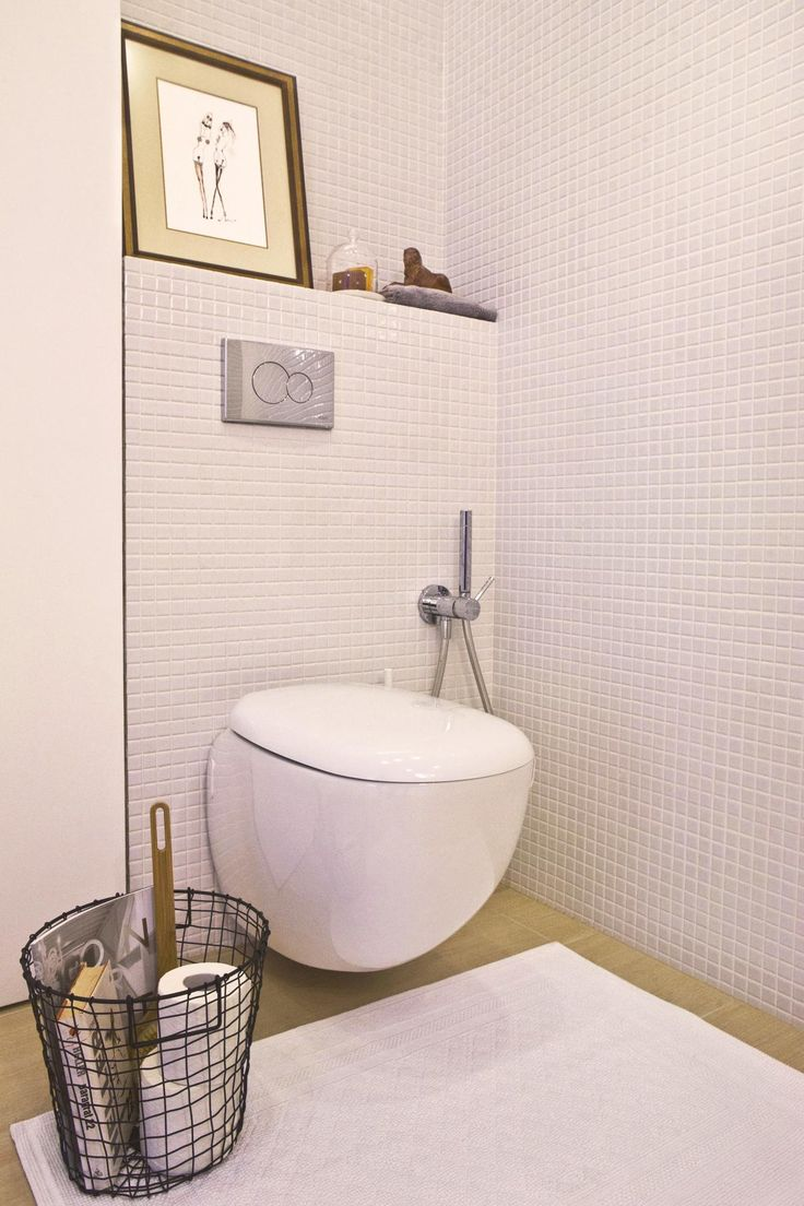Biała łazienka w apartamencie na Mokotowie. Projekt J. Paszko Ochotny homestyling.pl; Zdjęcie: S. Chelis
