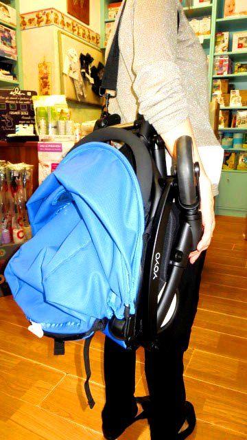 Una volta chiuso, Babyzen Yoyo, è solo una borsa a tracolla in più (leggera) e può essere riposto nella cappelliera dell'aereo perché omologato ad hoc. Guarda meglio qui: http://www.nidodigrazia.it/producttag/164/passeggino-babyzen-yoyo-6 #passeggini #viaggi #famiglia #babyzen