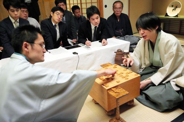 初防衛した佐藤天彦名人(右)。左手前は稲葉陽八段
