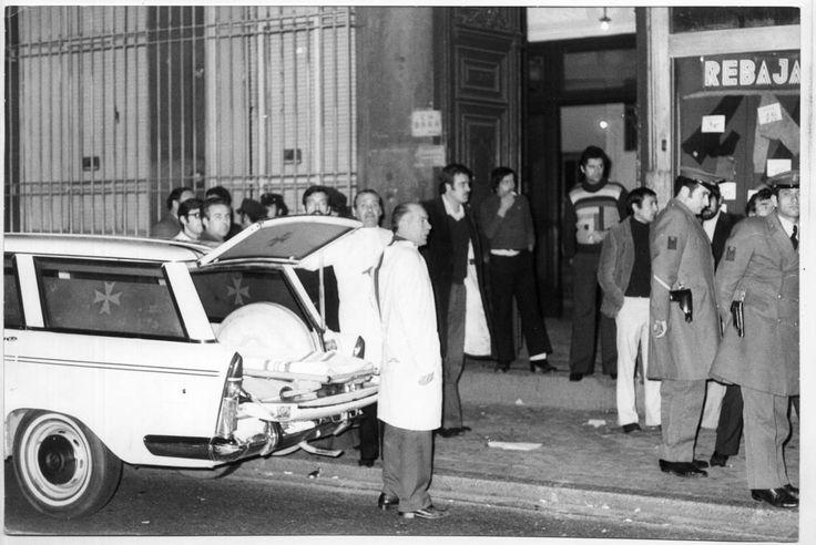 Policía y ambulancias en la puerta del número 55 de la calle Atocha de Madrid el 24 de enero de 1977 tras la matanza de los abogados laboralistas. FERNANDO MORENO
