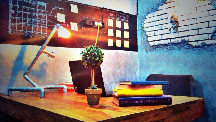 """""""Dengan penataan yang simple, meja kerja yang ada jadi terlihat lebih nyaman digunakan untuk bekerja #makeover #DSign"""""""