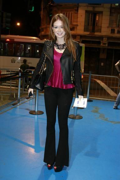 Marina Ruy Barbosa:blusa rosa choque ,jaqueta couro, calça boca de sino