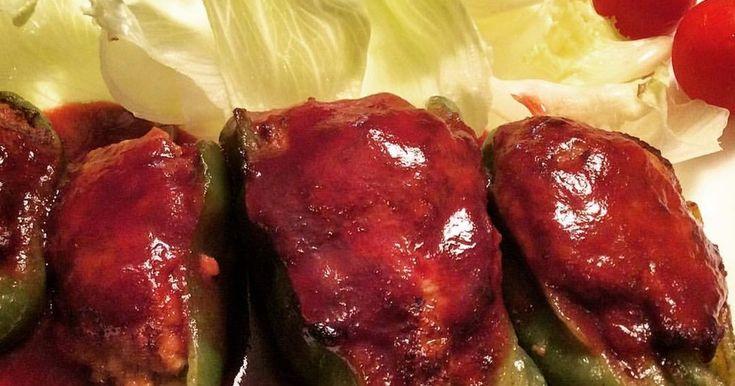 柔らかいピーマンに詰まったジューシーなお肉!赤ワインとケチャップのソースで、とろ~りピーマンの肉詰めを召し上がれ!