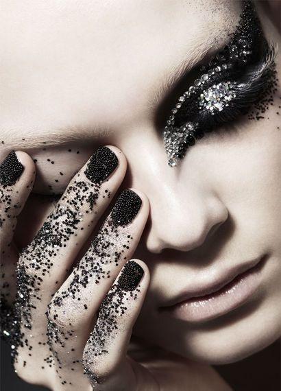 Winzige Perlen und Strasssteine als Make-up und für die Nägel