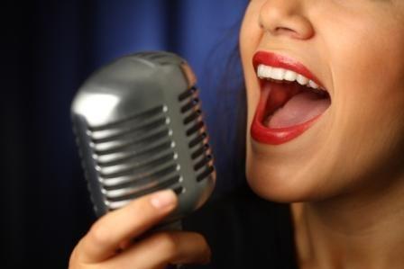 3 Ejercicios relajantes para cantar - Cantar es el maravilloso arte de producir sonidos armoniosos, se conoce como el único medio musical que integra texto a la línea musical, consiste en emitir sonidos controlados desde el aparato fonador, la voz, para seguir una composición musical.Si bien cantar es un arte que por determinadas ra... http://viv.mx/c