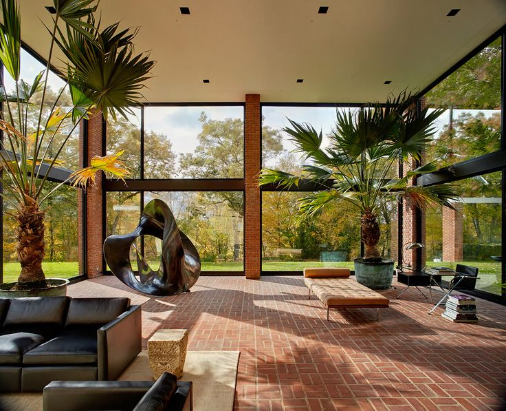 Designed by philip johnson for eric boissonnas and his family this house was completed in originally designed as a series of pavilions constructed of steel