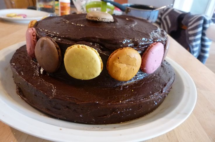 Gâteau à étage décoré de macarons