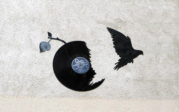 Стрит-арт художник Кеса преобразовывает виниловые пластинки во множество птиц и летучих мышей, буквально вырывающихся на свободу от круглых родителей.