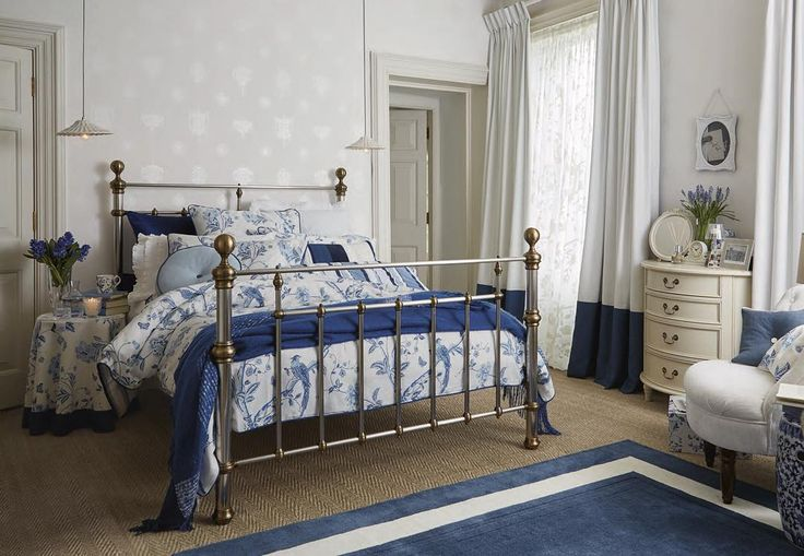 Релаксирующий интерьер спальни в сине-бежевых тонах от наших дизайнеров! #интерьер #дом #спальня #дизайн #lauraashleyru