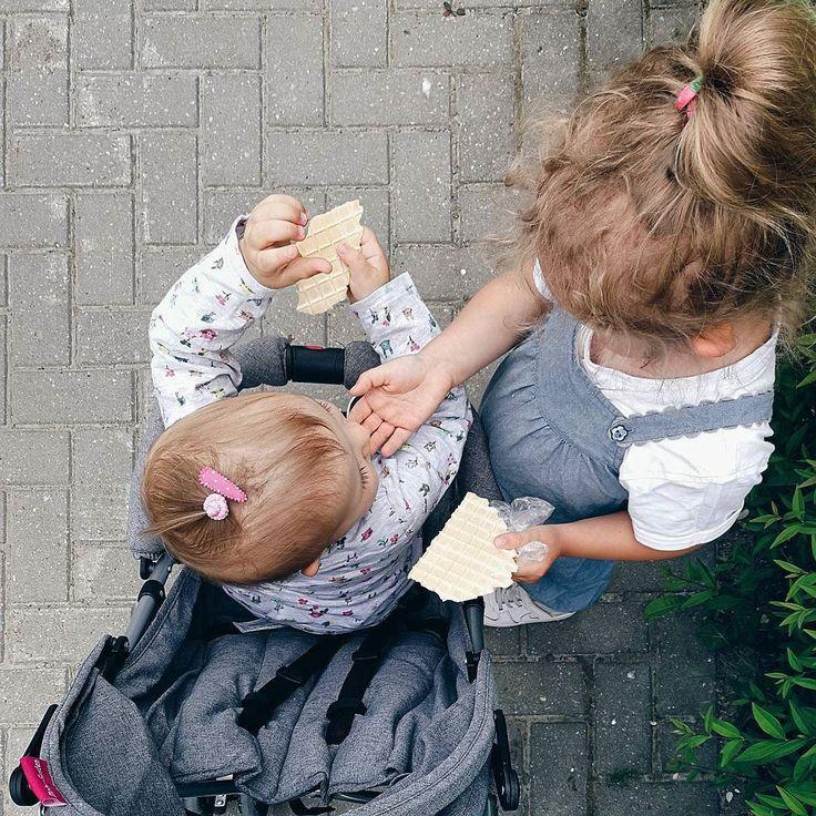 W drodze powrotnej z przedszkola zawsze dzieli się z siostrą swoim podwieczorkiem  #rodzicewsieci #blogparentingowy #blogrodzinny #familygoals #justbaby #igkids #instagramkids #girls #sister #sisterhood #daddylittlegirls #instamatki #instadziecko #wielodzietni #rodzina #jestembojestes #lovesister #lovely #dziecko #siostry #ilovemylife #corki #bedemama #rodzew2017 #rodzewsierpniu #momtobeagain