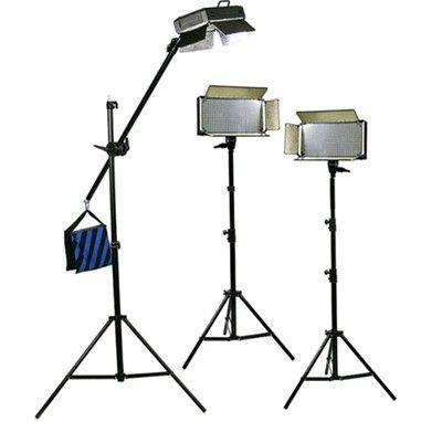 Bresser LED Foto-Video SET 3 x LG-500 30W/4.600LUX  Bresser LED Foto-Video SET 3x LG-500 30W/4.600LUX  2x Statief  1x Boomstatief  De set bestaat uit:  3x LG-500 LED-lamp  2x Statief D-46 tot 240cm  1x BR-BLS210 Boomstatief  3x 5600K diffuus filter  3x 3200K kunstlicht filter  3x 4 Kleppenset  3x Netkabel  Beschrijving: Bresser is een grote speler in de ontwikkeling van hoogwaardige LED lampen voor in de foto en video studio. Doorlopend worden deze nieuwe ontwikkelingen in hun modellen…