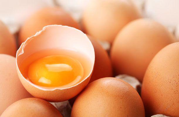Ne dobd ki a tojás héját! Ragyogóan fehérek lesznek tőle a megsárgult ruhák   femina.hu