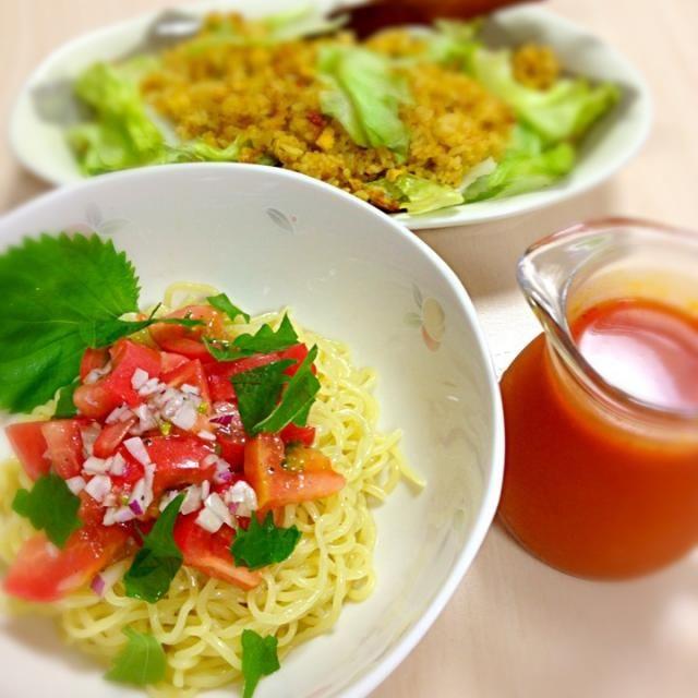 娘留守番用の朝ご飯とお昼ご飯です。(^◇^;) トマトラーメンは食べる時に冷たいスープをかけて食べます(^^)  夏休みの宿題がんばれ  いって来ます(^o^)/ - 93件のもぐもぐ - カレーレタスチャーハンとトマトラーメン冷 by sakuranbo4