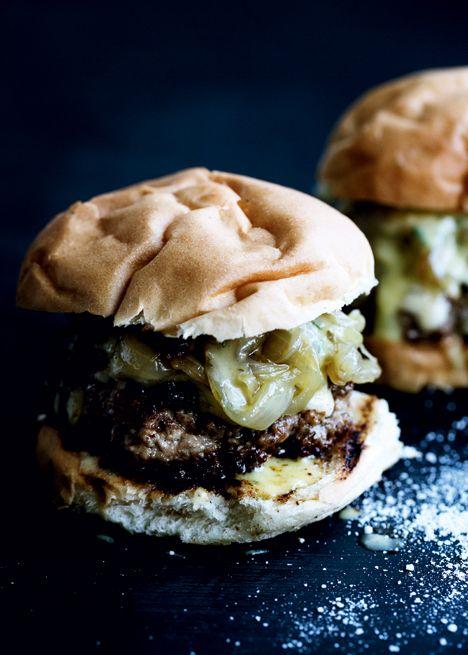 Hjemmehakket burger med rosmarin-aioli, bløde løg og comté - Euroman