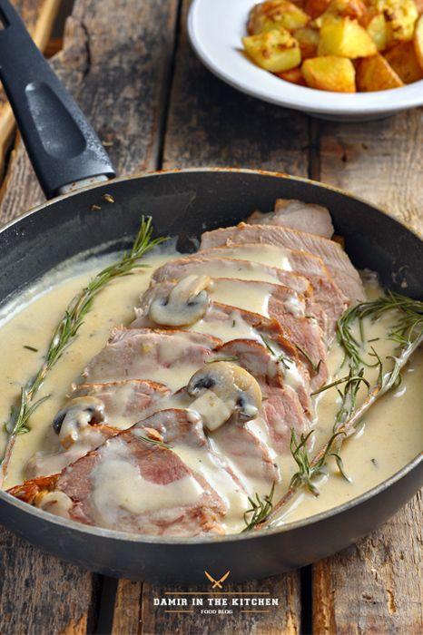 Свиной окорок с вином, сливками и грибами - Окорок свиной – 1 кг. Чеснок – 5 зубчиков (нарезать на 3 части каждую головку) Розмарин – листья двух веточек Тимьян – листья двух веточек Оливковое масло – 60 мл. Сливки – 120 мл. Вино белое полусухое – 300 мл. Куриный бульон – ½ стакана Грибы шампиньоны – 3 шт. Соль, перец – по вкусу.