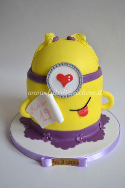 Torta Minion Glicine: con codine e gonnellino glicine, dedica personalizzata. Interamente modellata a mano