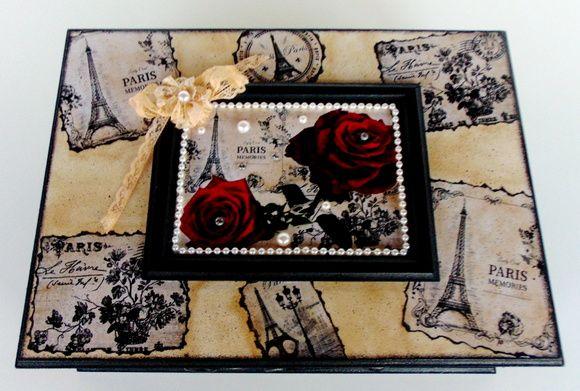 Linda caixa em MDF , pintura com detalhes em vermelho envelhecido , verniz acrílico com decoupagem com detalhes em pedrarias.