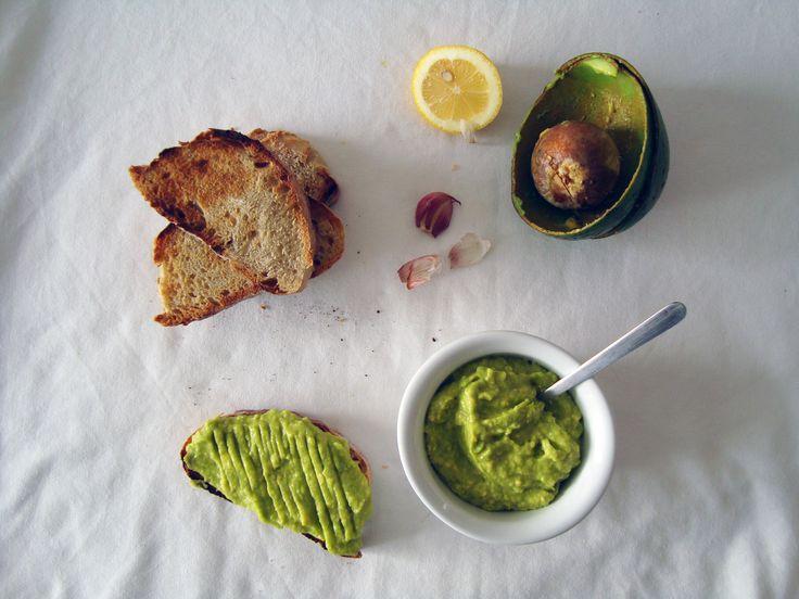 Para barrar no pão: manteiga de abacate; rodelas de tomate; hummus fingido e manteiga de frutos secos