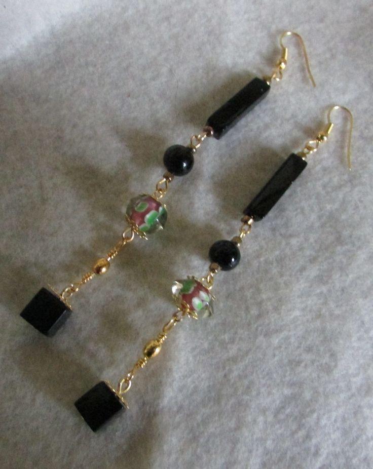Aros largos en cristales ngros  y bolitas verde estampadas con rosas y perlas negras ,casquetes y ganchitos dorados