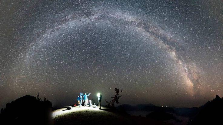 633 отметок «Нравится», 4 комментариев — Космические путешествия (@space.journey) в Instagram: ««Разговоры под звёздами». Арка Млечного Пути над озером Крейтер в штате Орегон, США.  Параметры…»