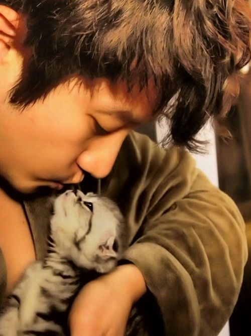 Park Shi-hoo in a bathrobe with wet hair kissing a kitten. *falls over dead again*
