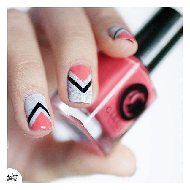 """Jai fait simple ce vernis étant déjà un """"nailart"""" à lui tout seul ! le gris et le corail se marient toujours tellement bien cest une association que j'adore ! #nails #nailart #nailstagram #nailpolish #cirquecolors"""