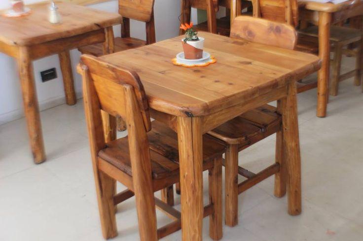 En la mesa, posa vasos y carpetas