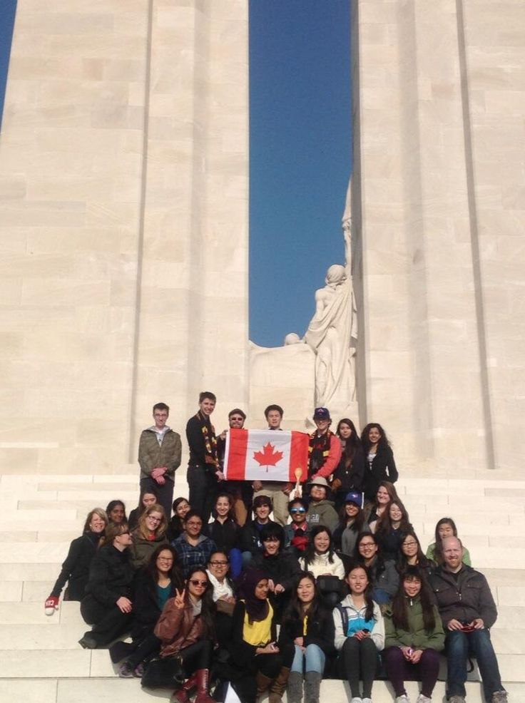 Everyone gathered for a group picture on the Vimy Ridge Memorial @Casey from EF Tours pic.twitter.com/4cXigAfJBs