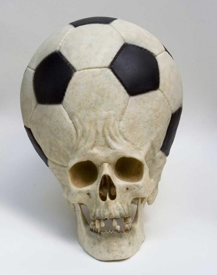 El arte y el futbol van ligados, algunos hasta lo usan como sinonimo. En otros casos como el de Eugenio Merino un artista plastico que critica a medio mundo, ¿El futbol es sinonimo de muerte, tendra razón?